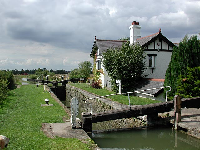 Lock_and_cottage_on_Aylesbury_Arm_of_Grand_Union_-_geograph.org.uk_-_112420